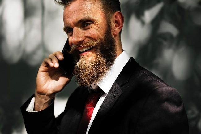 Ein Vertriebler betreibt per Telefon Leadqualifizierung